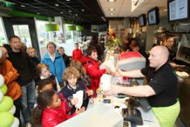 Cafetariahouder deelt duizenden bakjes gratis frites uit