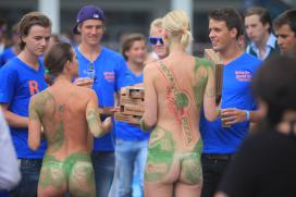 Blootmodellen promoten New York Pizza