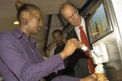 Carpigiani schenkt ijsmachine aan terugkerende asielzoeker