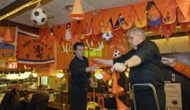 Oranjekoorts slaat nu al toe in Apeldoornse snackbar