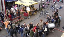 Schooljeugd in de rij voor gratis ijsje
