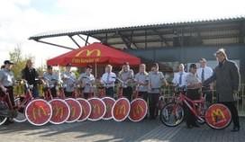 Personeel McDonald's krijgt fiets van de zaak