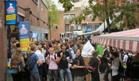 Bram Ladage deelt 3450 zakken patat uit in Delft