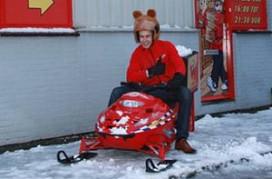 Bezorgbeer grapt met sneeuwscooter
