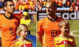 Prijswinnaars McDonald's op veld bij Nederland-Denemarken