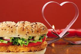 Hamburgerdiner bij kaarslicht