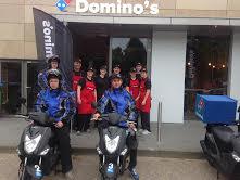 Domino's zet bezorgscooter aan de kant