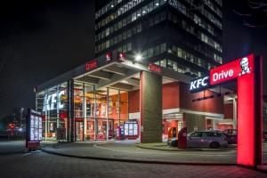 KFC ondertekent als eerste strenge criteria en geeft kippen meer ruimte