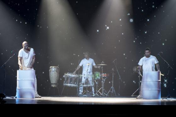 De zaal werd opgewarmd met een spectaculaire percussie-act. Foto: Koos Groenewold