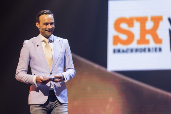 Zanger en presentator  Edwin van der Toolen heette de ruim 870 aanwezigen van harte welkom...