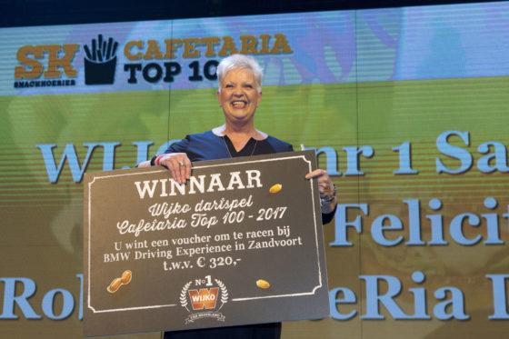 Ook de winnaar van het dartspel van Wijko werd in het zonnetje gezet. Omdat de betreffende medewerker even niet in de zaal zat, nam Ria Dekker van FrieteRia in Dronten de prijs maar in ontvangst. Foto: Koos Groenewold