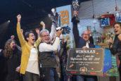 Video: 'Kleine buurtcafetaria' Polly wint de Cafetaria Top 100 2017