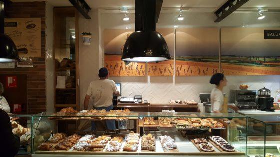 Hotel Praktik Bakery. Een bakkerij in een hotel, dat ook in de avonduren nog volop draait.