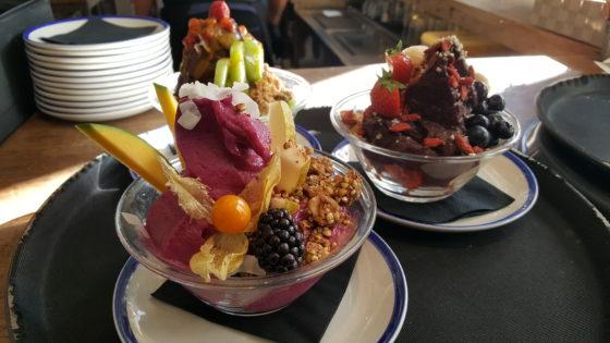 Kleurrijke smoothies met vers fruit.