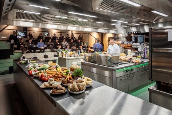 ZiN Inspiratielab opende op 30 november 2016 haar deuren. Het foodlab voor horecaprofessionels, een initiatief van Sligro in Veghel, is in korte tijd uitgegroeid tot een inspirerend kenniscentrum en wordt gebruikt voor presentaties, masterclasses, vaktrainingen, culinaire sessies en events. Foto: Studio38c