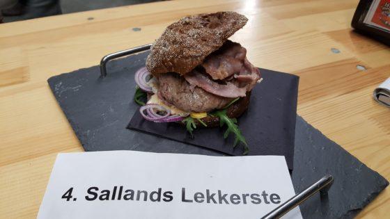 Julia van Ommeren (Greyhound Fastfood). Hamburger van het Vechtdal rund, gepekelde procureur van het Sallands varken en oude kaas.