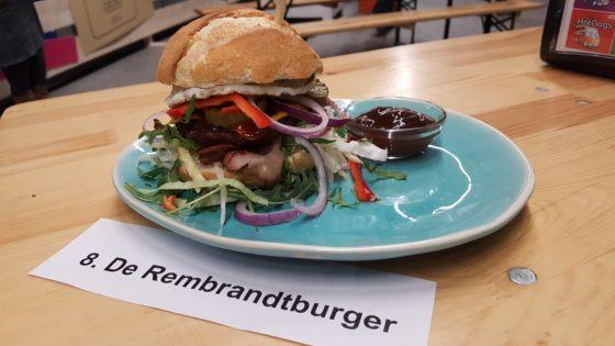 Mellany de Ruiter, Anytyme Snackhuis Rembrandt.  Hamburger op een Italiaanse bol met onder meer bacon, cheddar cheese en barbecuesaus.