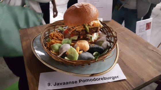 Ferylan Palimbong, de winnaar van de Lekkerste Hamburger Fastest. Op de burger onder meer Indonesisch stoofvlees, atjar, kroepoek tofu en gebakken uitjes. Het vlees is op smaak gebracht met Javaanse kruiden.