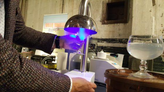 In dertig seconden een glas bevriezen; het kan met de Glass Freezer die in Nederland door Scoop op de markt is gebracht. Geen handschoenen of masker nodig. Prijs: €1000.