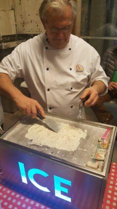 Scoop heeft ook een kleine ijsplaat in het assortiment. Voor de show, maar zeker om gasten een uniek ijsje voor te schotelen.
