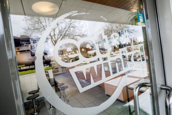 Het Eetwinkel-logo, hier op de deur van Eetwinkel Polly, verschijnt straks ook in Vorden. Foto: Studio38C