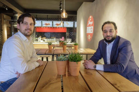 Tarek Cherkawi (rechts) en marketing manager Quirinus Bogaarts.  (C) Roel Dijkstra / Joep van der Pal   Den Haag - Johnny's Burger