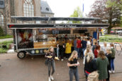 Groene snackwagen trekt de aandacht op Koningsdag