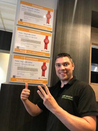 Bedrijfsleider Randy Adam met de drie oorkondes. Foto: Nederlands Frituurcentrum.