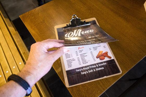 De menu kaart van Tony's Plaza, waarop plates, luxe friet en burger voorrang krijgen op de 'standaard' friet en snacks. Fotografie: Herbert Wiggerman.