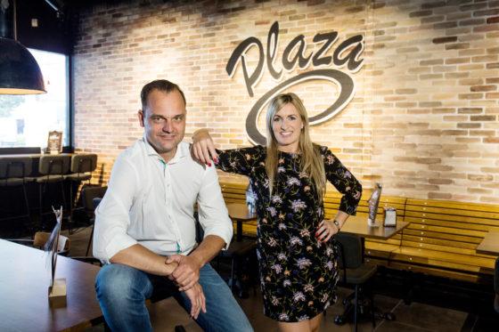 Nicole in 't Velt (formulemanager De Haan) en Rob Doorn (formulemanager Plaza en Big Snack) Fotografie: Herbert Wiggerman.