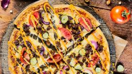 Domino's brengt de cheeseburgerpizza terug op het menu