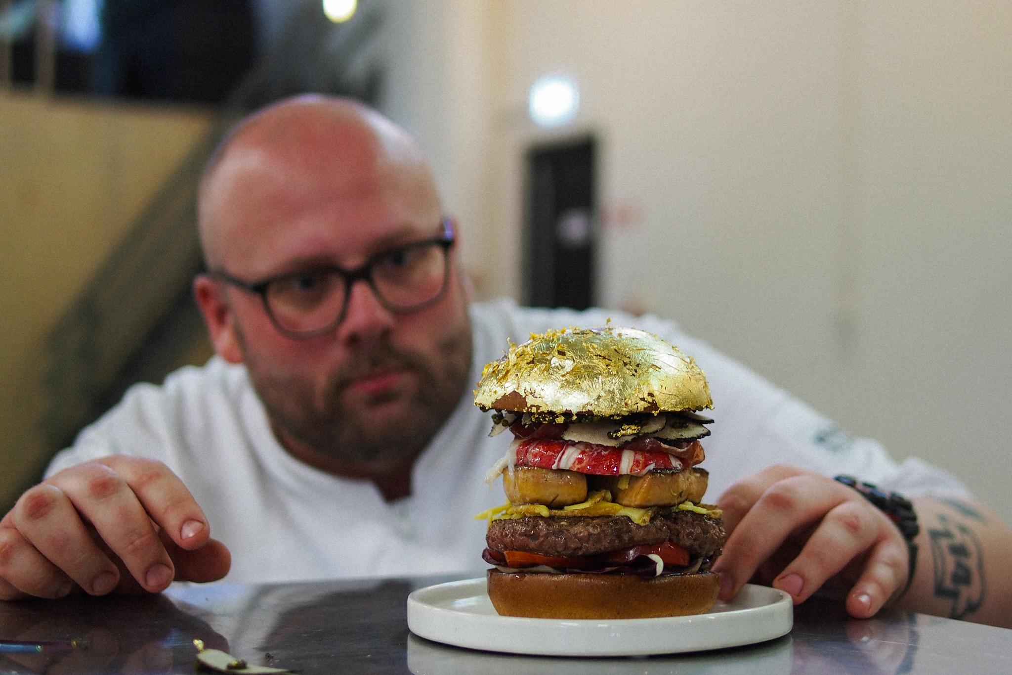 Diego Buik zet hamburger van 2050 euro op de kaart