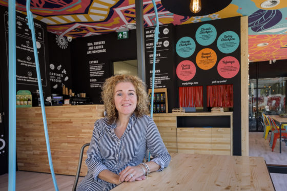 Franchisenemer Caroline de Bruin. (C) Roel Dijkstra / Joep van der Pal   Flower Burger Rotterdam - Hoogstraat
