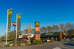 McDonald's plaatst laadpalen bij restaurants