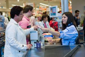 Albert Heijn bouwt supermarkten om tot 'eetcentrum'