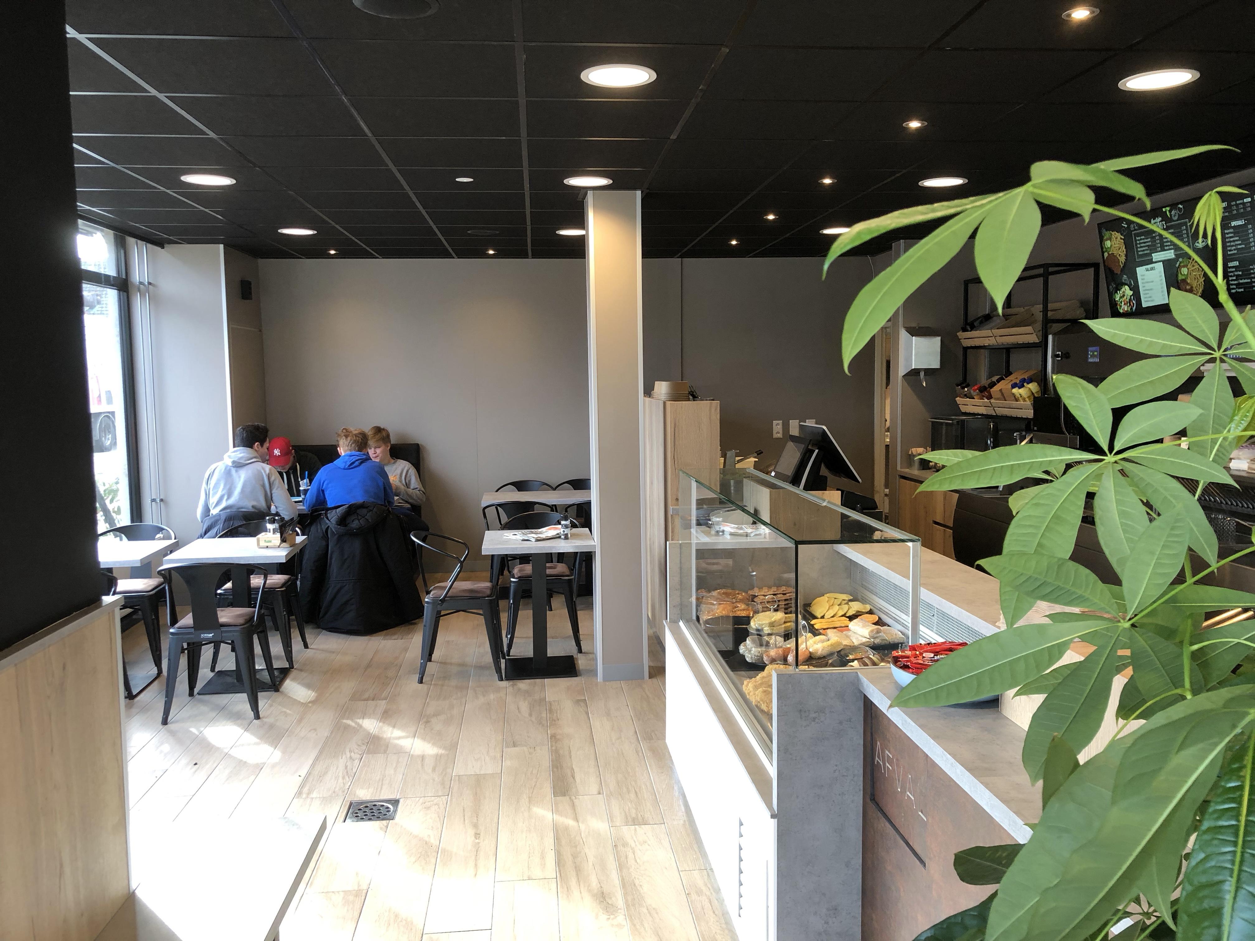 De Leeuw Interieurbouw.Cafetaria Lekkerrr Heropend Met Nieuwe Look En Bakwand