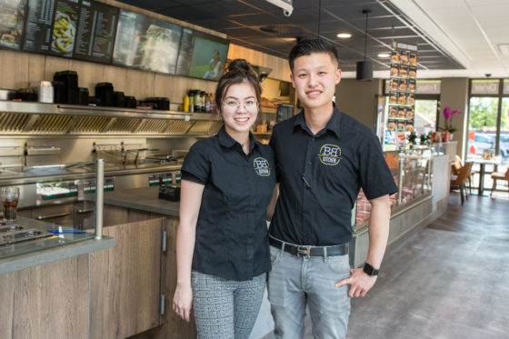 Franchisenemer Wenjie Qiu runt Big Bread Kitchen Hilvarenbeek. Hij wordt ondersteund door zijn vriendin Xiyu Wang. Foto: Peter Roek