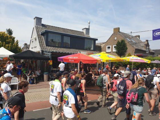 Cafetaria Rikken geeft Vierdaagsewandelaars laatste zetje
