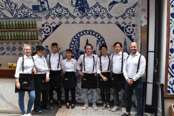 Het team van Royal Patat in Shanghai, met helemaal rechts Edwin den Hartog en in het midden Ruben de Hoog.