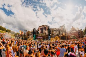 Gepensioneerde ondernemers verkopen 1100 kilo friet per dag op festival Tomorrowland