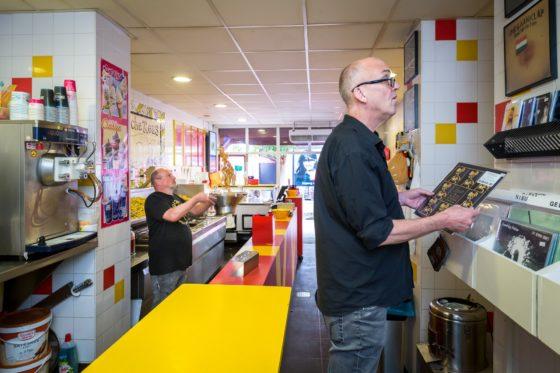 Snackbareigenaar Bert Vink (links) en Wim Dekker in De Vlaamsche Reus. Foto: Dutch Photo Agency / Sebastiaan Rozendaal