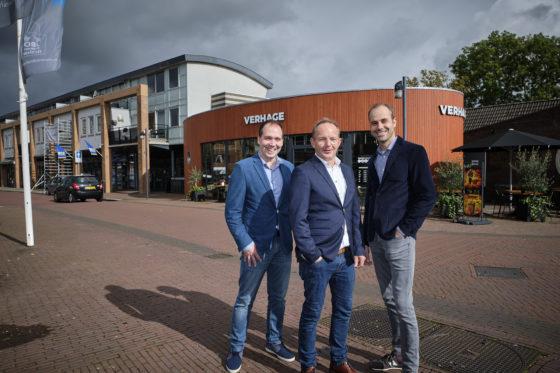 Tom Bijl (midden) met de nieuwe directieleden van Verhage Wesley Fok (links) en Hans Jonker bij Verhage Oud-Beijerland. (C) Roel Dijkstra Fotografie / Foto : Fred Libochant