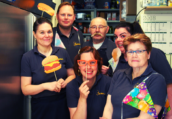 60 jaar Cafetaria de Ridder: 'Nog steeds friet in pannetjes mee naar huis'