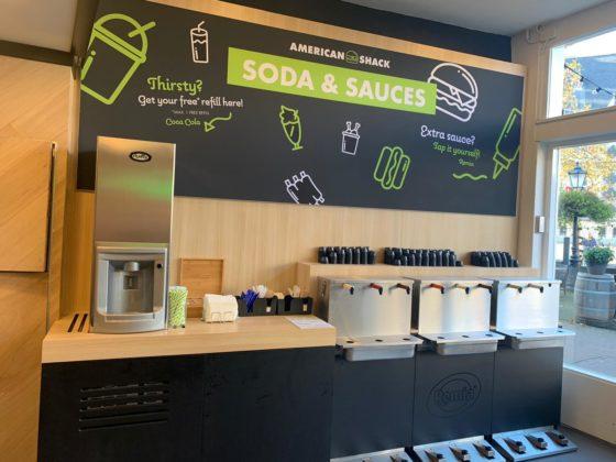 De sauzenbar met de nieuwe voetbediende dispensers van Remia.