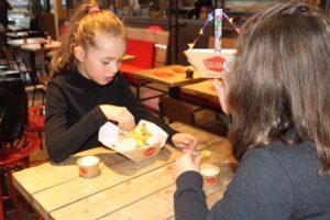 Bram's Gourmet Frites trakteert kinderen op gratis patat na sinterklaasintocht